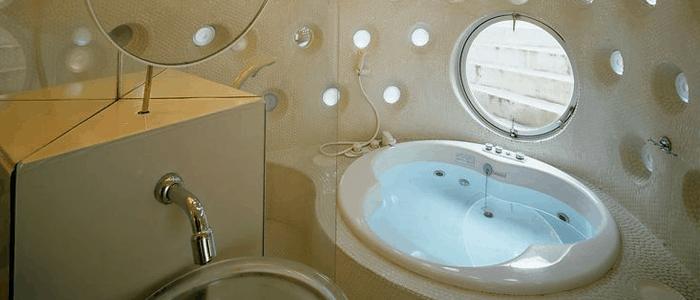 El baño by Kathryn Findlay