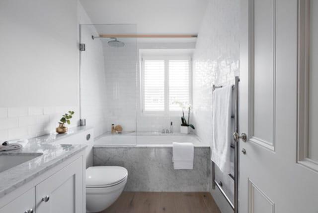 8 opciones para instalar ducha y bañera en un baño pequeño | Banium.com
