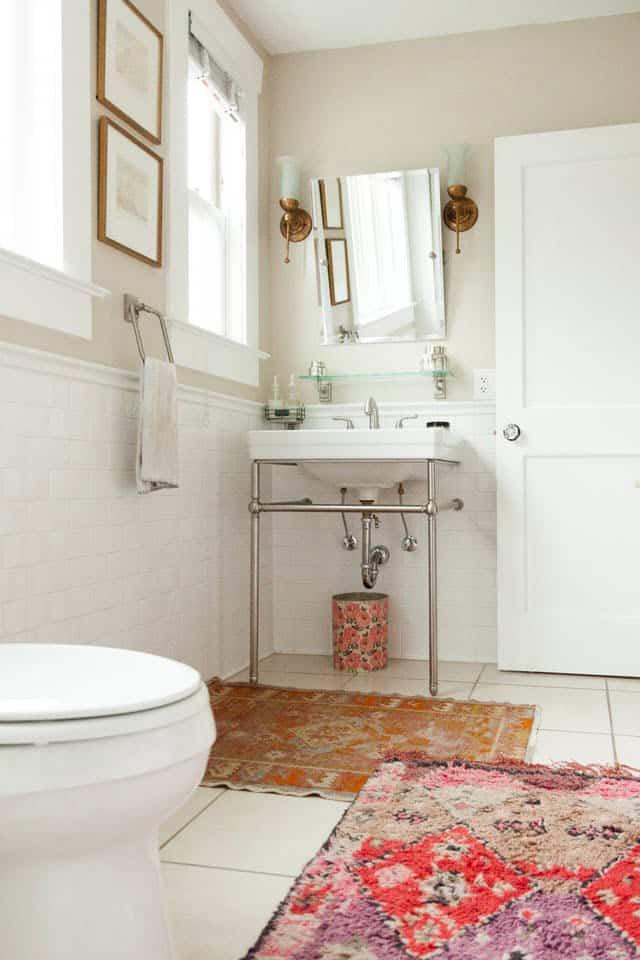 Cuarto de baño cálido y acogedor