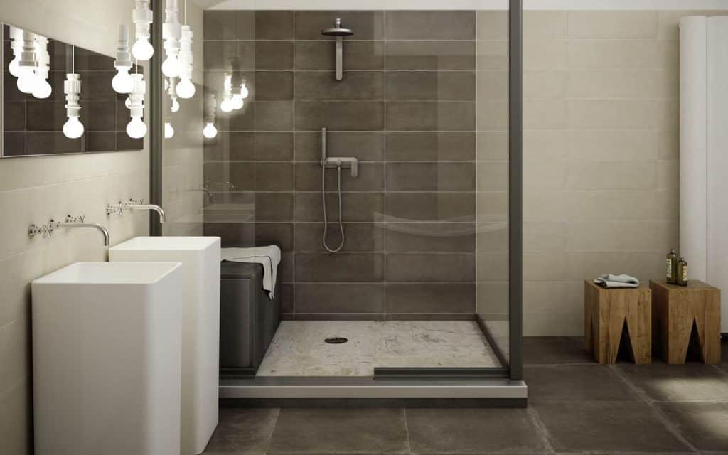 Cuarto de baño con plato de ducha de gran tamaño y lavabos ...
