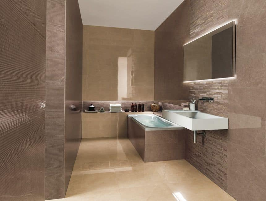 Cuarto de baño con azulejo de porcelana, bañera y lavabo ...