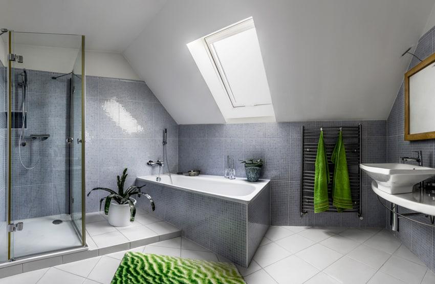 Cuarto de baño en buhardilla con gresite y con ventana | Banium.com