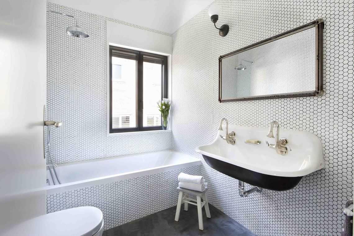Cuarto de baño retro con lavabo doble | Banium.com