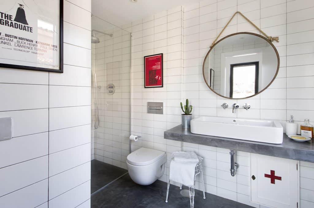 Cuarto de baño vintage con inodoro suspendido | Banium.com