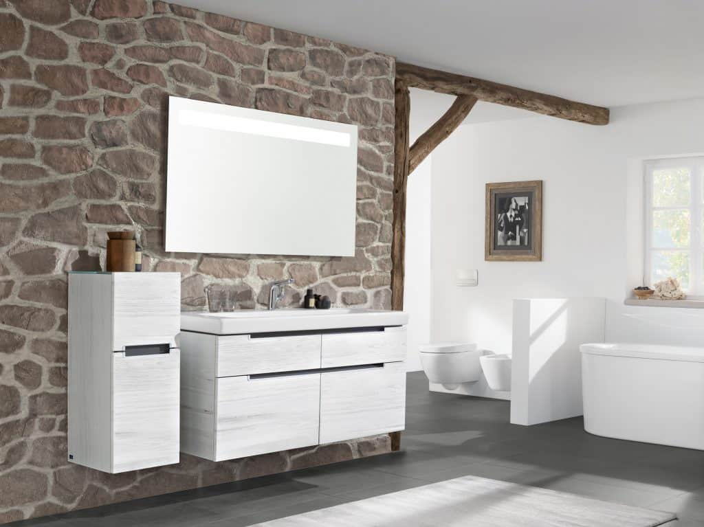 Cuarto de baño rústico con pared de piedra   Banium.com