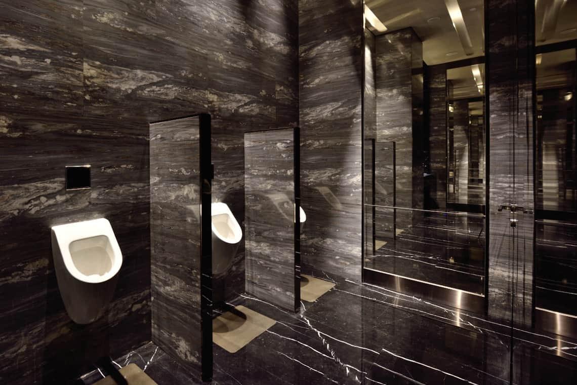 Cuarto de baño público de lujo | Banium.com