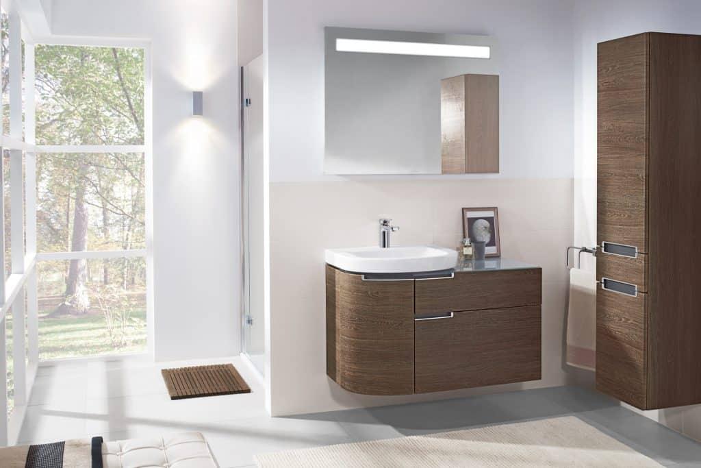 Cuarto de baño con mueble de madera | Banium.com