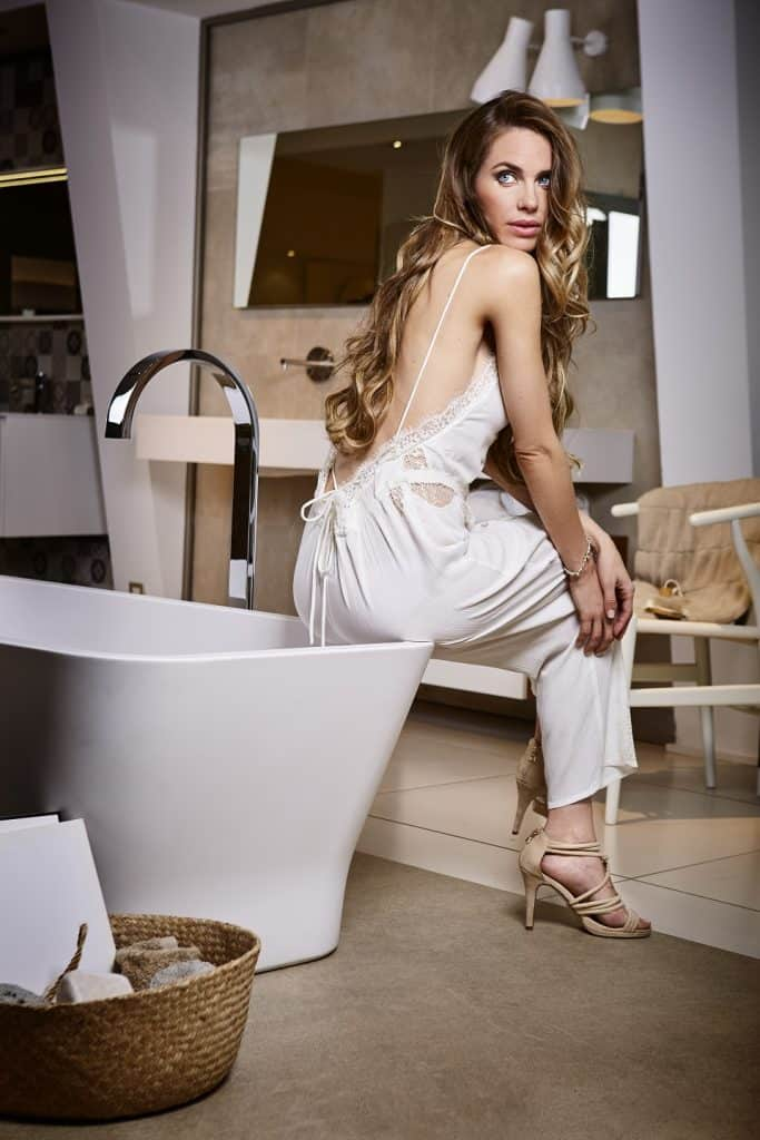 Bañera exenta en cuarto de baño en tonos marrones | Banium.com