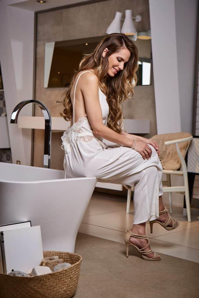 Bañera exenta en cuarto de baño en tonos marrones   Banium.com