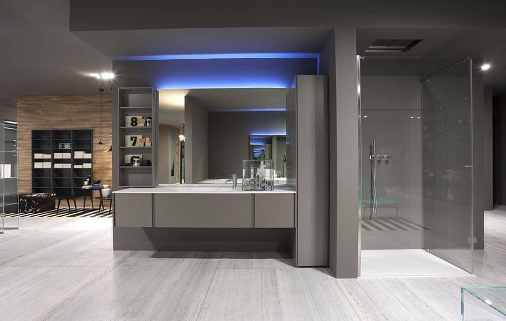 Cuarto de baño con plato de ducha y muebles de diseño ...