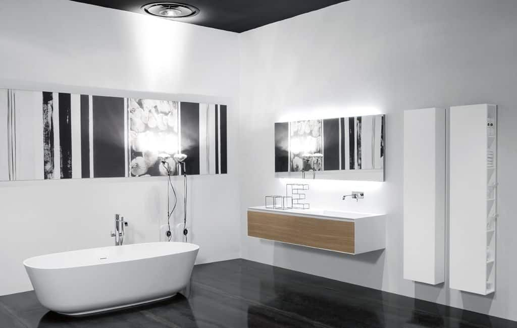 Cuarto de baño con bañera y muebles de diseño supendidos ...