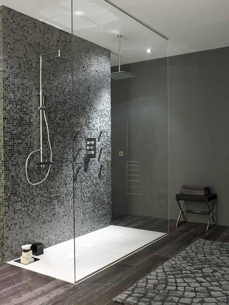 Cuarto de baño ducha de obra y mosaico de microgres | Banium.com