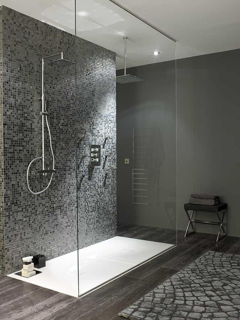 Cuarto de ba o ducha de obra y mosaico de microgres for Fotos de cuartos de bano con ducha modernos