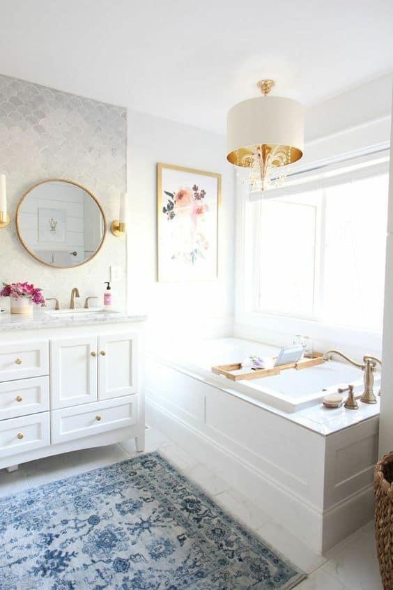 Un baño cálido con alfombras