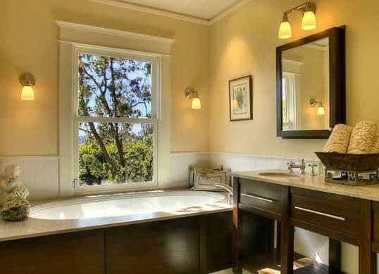 Un cuarto de baño cálido pintado en beige