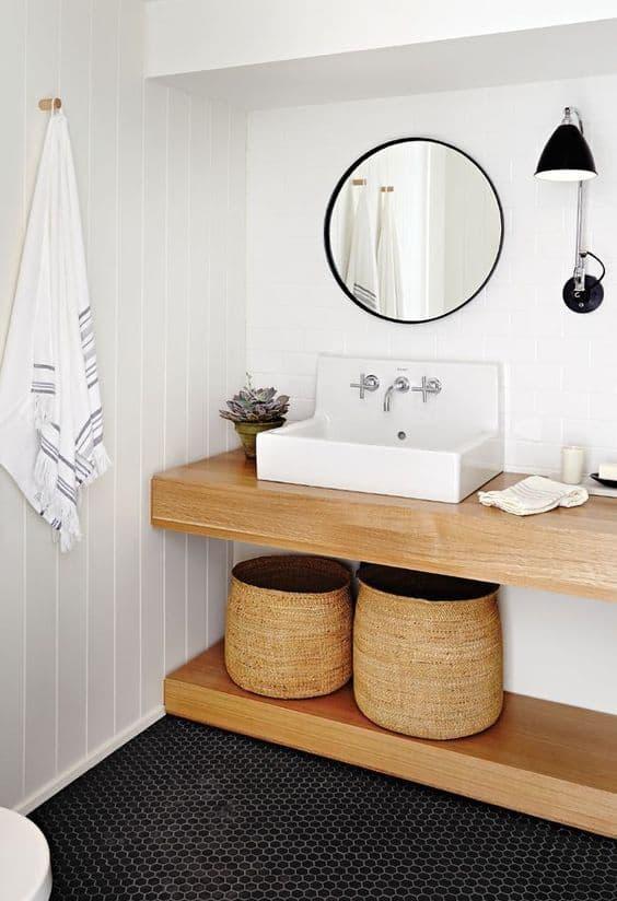 Un baño cálido con cestas de mimbre