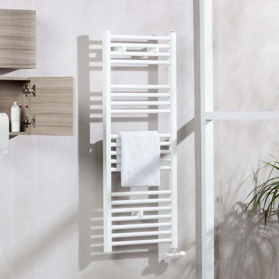Un radiador toallero de diseño blanco
