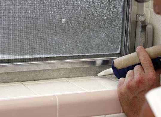 Sella las ventanas del baño para que el calor no se escape