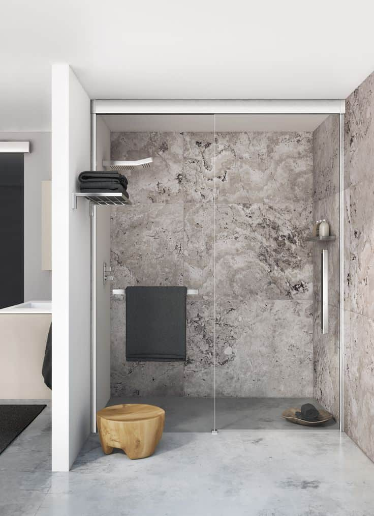 Una ducha con toallero interior