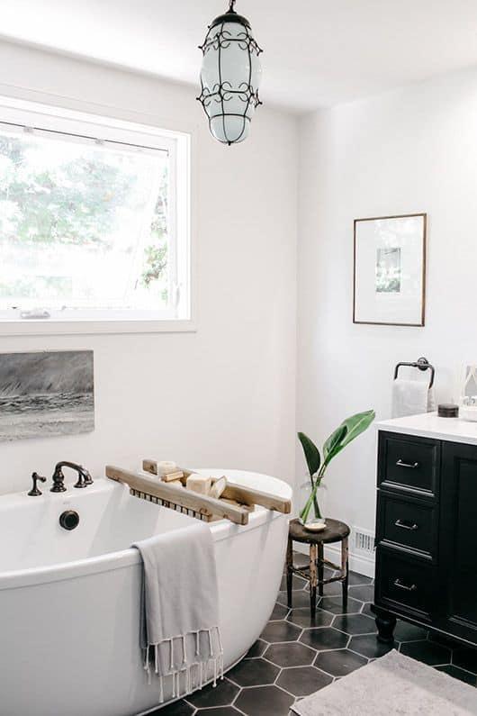 Un baño luminoso sin cortina en la ventana