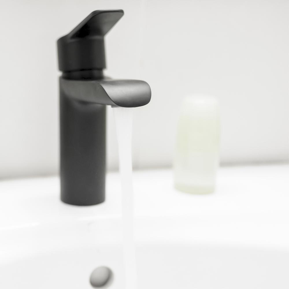 Grifos con acabado negro para el cuarto de baño | Banium.com